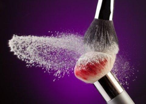 10142828-dos-pinceles-de-maquillaje-con-polvo-volando-en-purpura